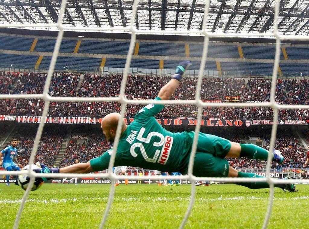 Hingga laga usai tak ada gol yang tercipta di laga ini. Napoli, yang melepas 15 tebakan dan Milan 10 tembakan harus puas berbagi poin satu setelah bermain 0-0. REUTERS/Alessandro Garofalo.
