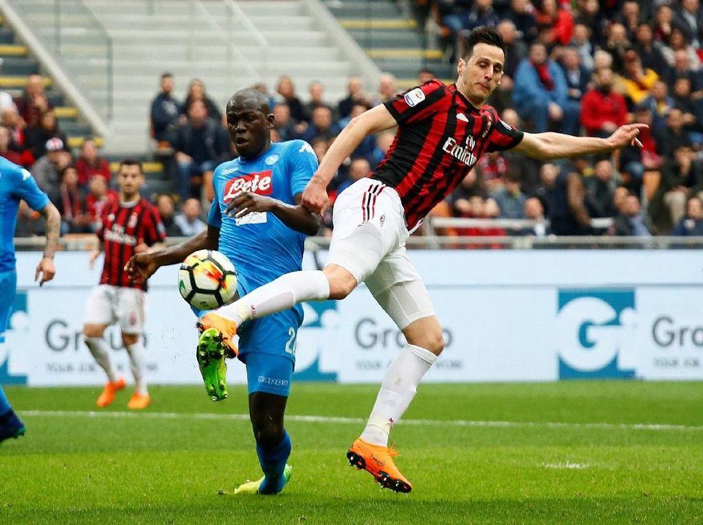 Duel Milan vs Napoli dilangsungkan di San Siro dalam bagian dari rangkaian laga di giornata ke-32 Serie A 2017/2018. REUTERS/Alessandro Garofalo.