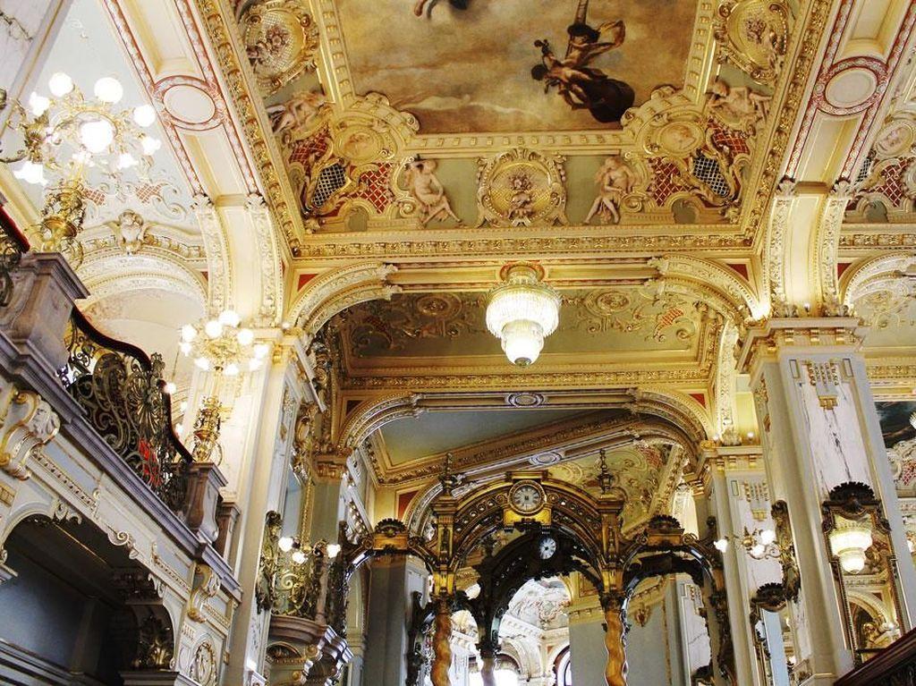 Bergaya Renaisans khas Italia, bangunan ini telah ada sejak tahun 1894 silam. Ukiran indah, dengan warna dominan emas, menambah kesan mewah dan klasik khas negara Eropa. Foto: Istimewa