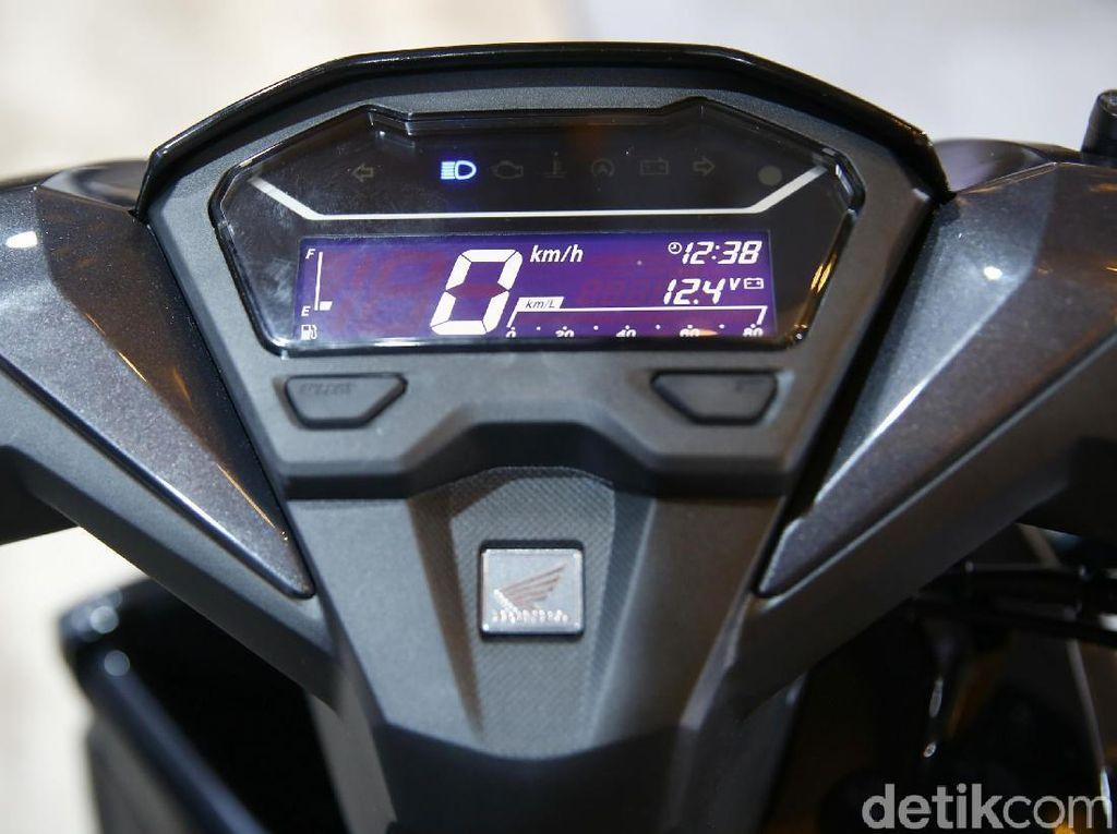 Sedangkan untuk All New Honda Vario 125, ia memiliki catatan waktu tempuh 12,5 detik untuk jarak 0 -200 meter dan dapat mencapai top speed 98 km/jam. Dengan mengaktifkan fitur Idling Stop System (ISS) yang tersematkan, All New Honda Vario 125 dapat menghasilkan konsumsi bahan bakar teririt di kelasnya yaitu 51,7 km/liter dengan metode ECE R40.