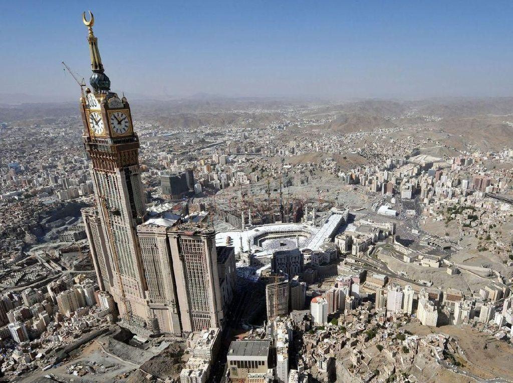 Arab Saudi juga punya menara yang tinggi yang ada jam besarnya. Gedung setinggi 601 meter ini tidak asing lagi bagi yang pernah umrah dan naik haji. Foto: Getty Images