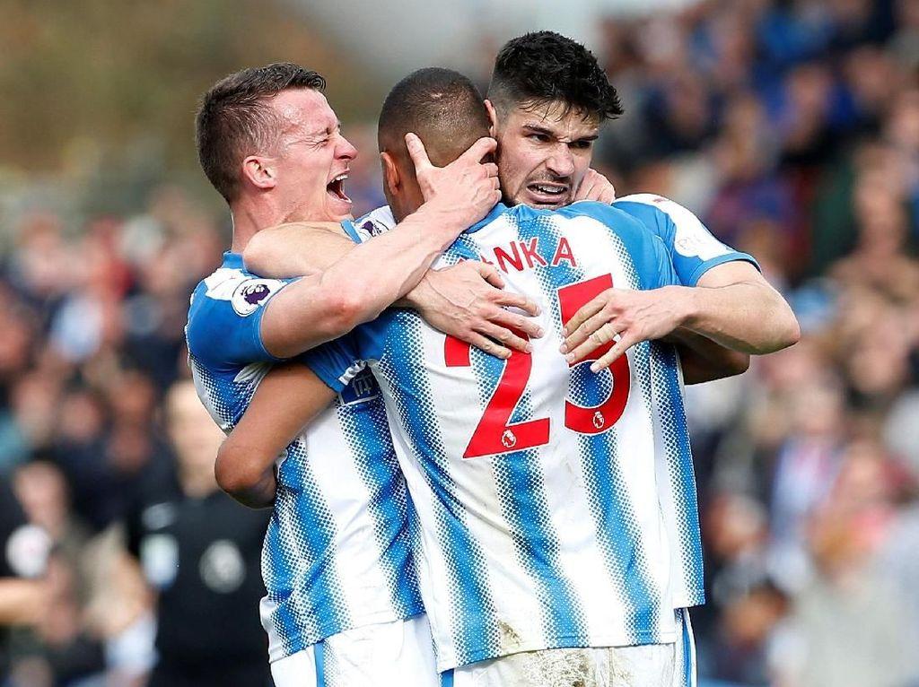 Bek Huddersfield Town, Mathias Zanka Jorgensen tampil apik saat membawa timnya menang 1-0 atas Watford. Tak cuma menjaga pertahanannya dari kebobolan, Zanka juga bikin satu assist. (Craig Brough/Reuters)