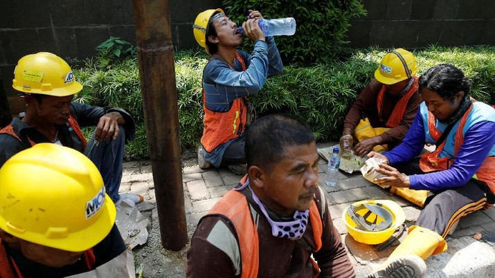 Workers of The Jakarta Mass Rapid Transit construction take their lunch at Sudirman Business District in Jakarta, Indonesia, April 13, 2018. REUTERS/Beawiharta