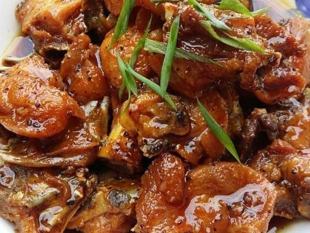 Ayam asam manis postingan netizen @fafachia ini sudah bikin lapar belum? Bumbunya ditambahkan lada hitam dan lada putih supaya ada semburat pedas menggigit. Foto: Instagram