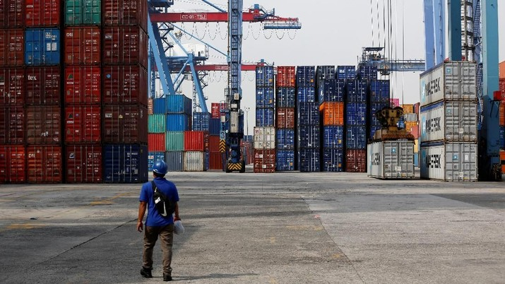 A worker walks on the dock of the Tanjung Priok Port in Jakarta, Indonesia April 16, 2018.   REUTERS/Darren Whiteside