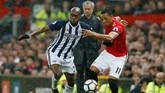 Anthony Martial berebut bola dengan Allan Nyom dalam pertandingan di Old Trafford. Hadirnya Martial tidak juga memberikan gol untuk Manchester United. (REUTERS/Andrew Yates)