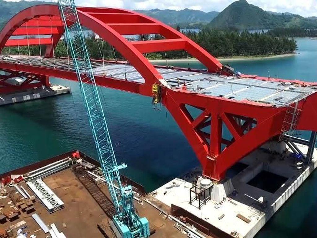 Jembatan ini juga terdiri dari dua bentang utama dengan pelengkung baja. Masing-masing panjang bentang utama 150 meter, tinggi 20 meter dan berat 2.000 ton. Istimewa/Sekretariat Presiden Biro Pers Media dan Informasi.