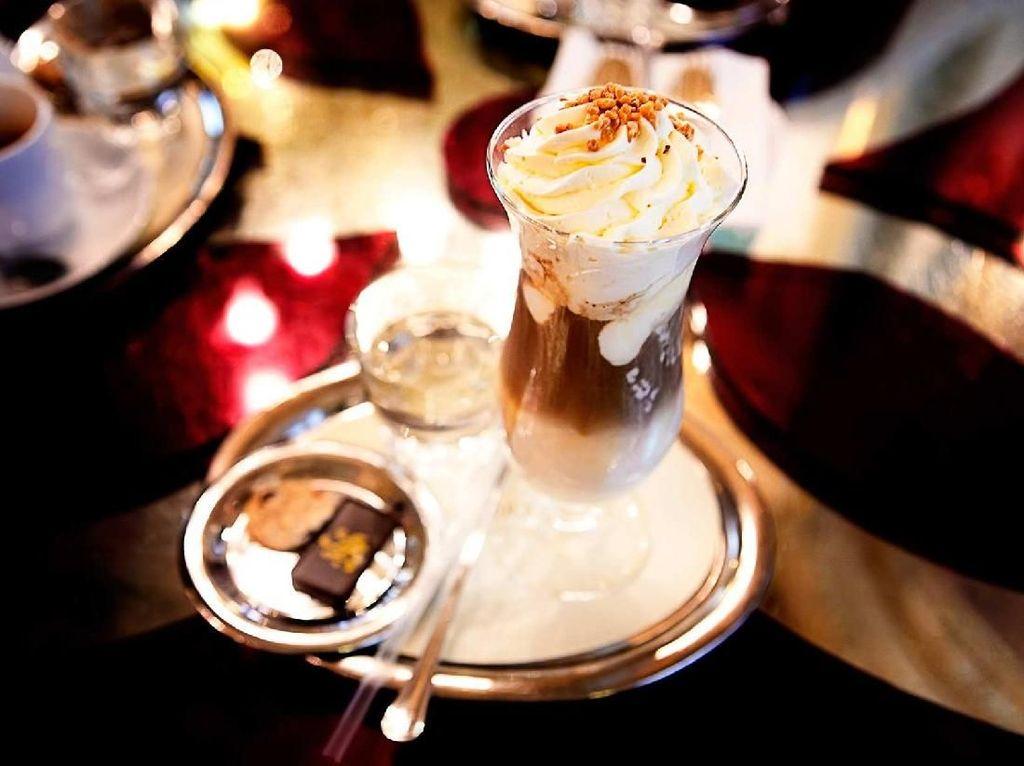 Minuman yang paling populer di sini adalah, New Yorks Coffee, yang disajikan dengan cokelat berwarna emas, disajikan dengan whipped cream taburan kacang, dan segelas sparkling water. Foto: Istimewa