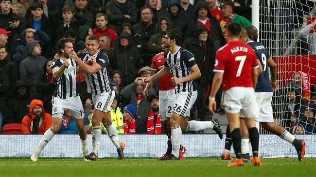 Penyerang West Brom Jay Rodriguez (kiri) berselebrasi dengan rekan-rekan setimnya setelah membobol gawang Manchester United yang dikawal David De Gea menit ke-73.(REUTERS/Andrew Yates)