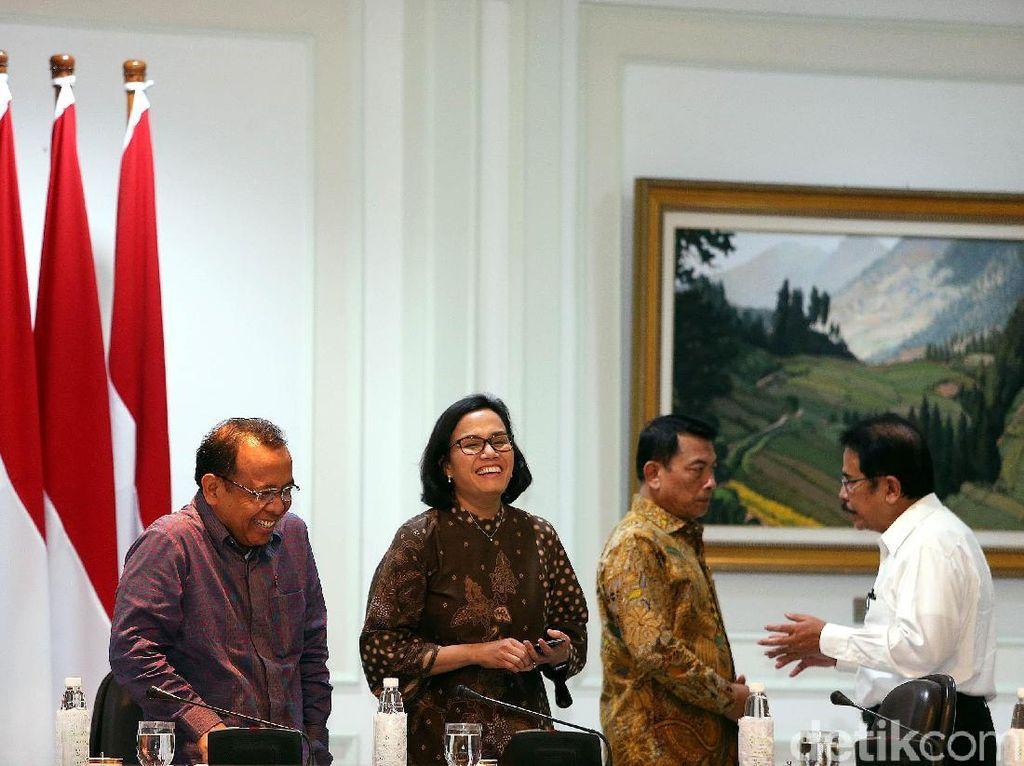 Tidak hanya itu, Jokowi menyebutkan bahwa pembiayaan PSN tidak bisa hanya mengandalkan APBN, dibutuhkan model-model pembiayaan alternatif yakni menarik investor.