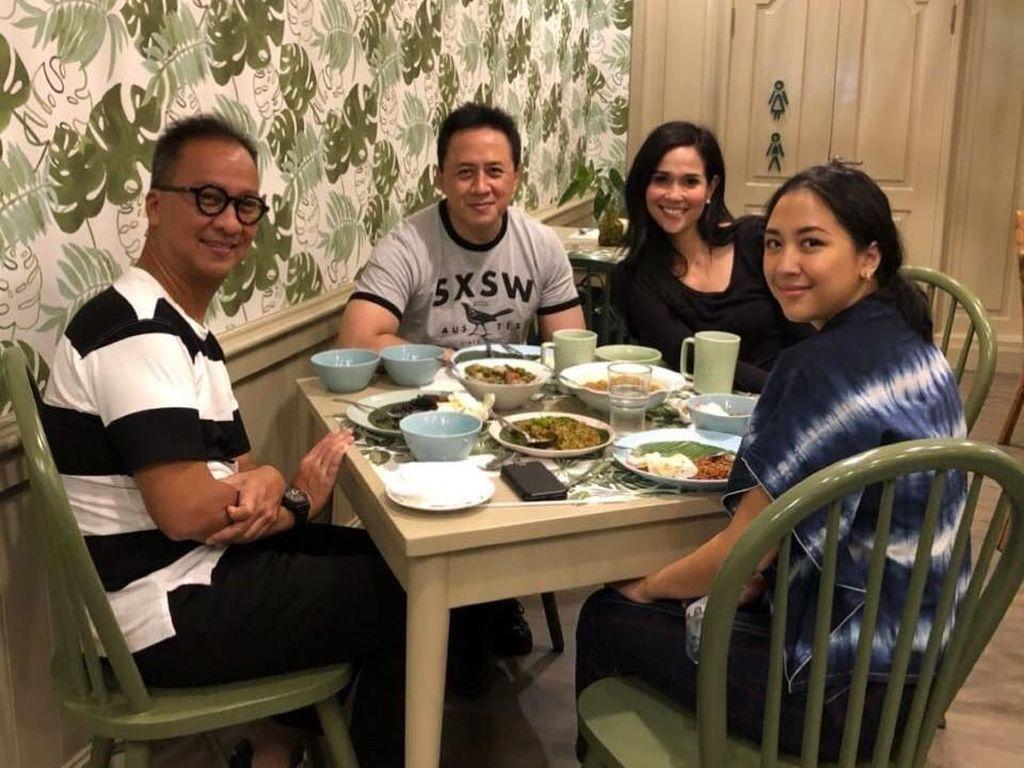 Bersama sang ayah dan rekannya, Sherina asyik menikmati makanannya di salah satu restoran Indonesia. Foto: Instagram @sherinasinna