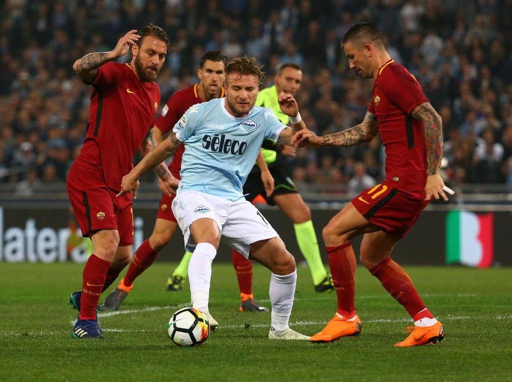 Lazio dan Roma cuma berjarak satu poin dari Inter Milan yang ada di posisi kelima, yang juga tengah berjuang masuk ke empat besar untuk merebut tiket ke Liga Champions musim depan.