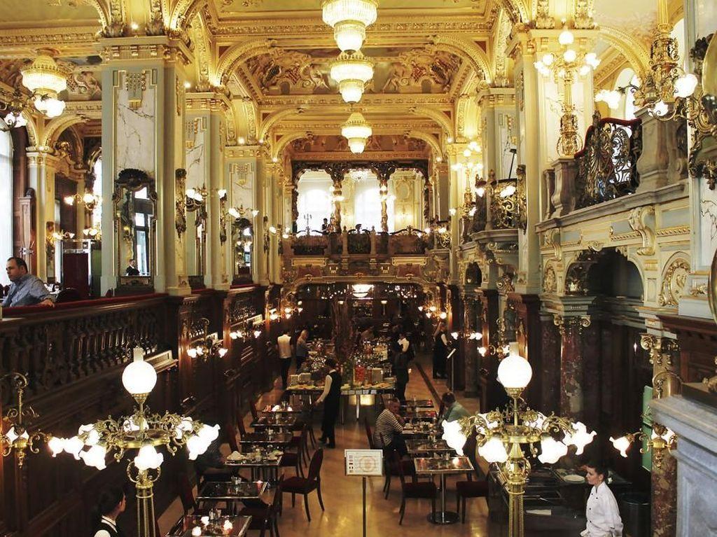 Karena keindahan dan nilai sejarahnya, kafe ini menyandang predikat sebagai kafe paling indah dan cantik di dunia. Sehingga tidak heran, kafe ini tidak pernah sepi dari pengunjung.Foto: Istimewa