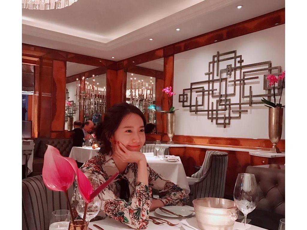 Mau kaya gimana pun, Yoona selalu terlihat cantik. Lagi nunggu pesanan datang di restoran mewah wilayah Vienna, Austria, aja tetap tebar senyum manis. Foto: Instagram @yoona__lim