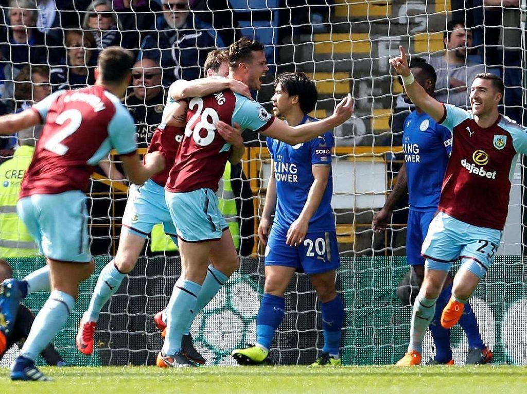 Kevin Long mencetak satu dari dua gol kemenangan Burnley saat menghadapi Leicester City. Long merayakan gol bareng rekan-rekannya. (Ed Sykes/Action Images via Reuters)