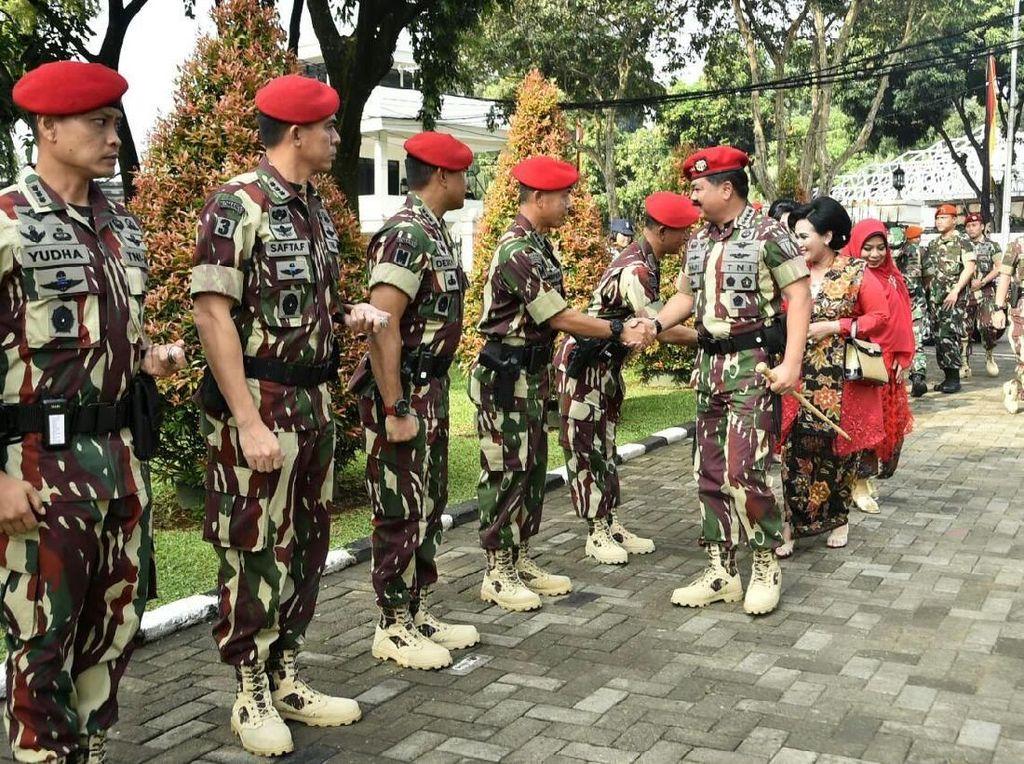 Panglima TNI Marsekal Hadi Tjahjanto saat tiba di Gedung Balai Komando, Cijantung, Jaktim. Istimewa/Puspen TNI.