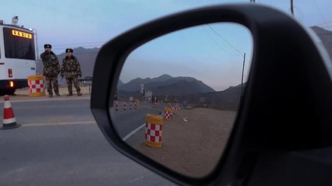 Polisi mengontrol pos pemeriksaan setelah reporter Reuters dilarang melintas dekat perbatasan China dan Korea Utara, tepat di luar Desa Sanhe, China. (REUTERS/Damir Sagolj)