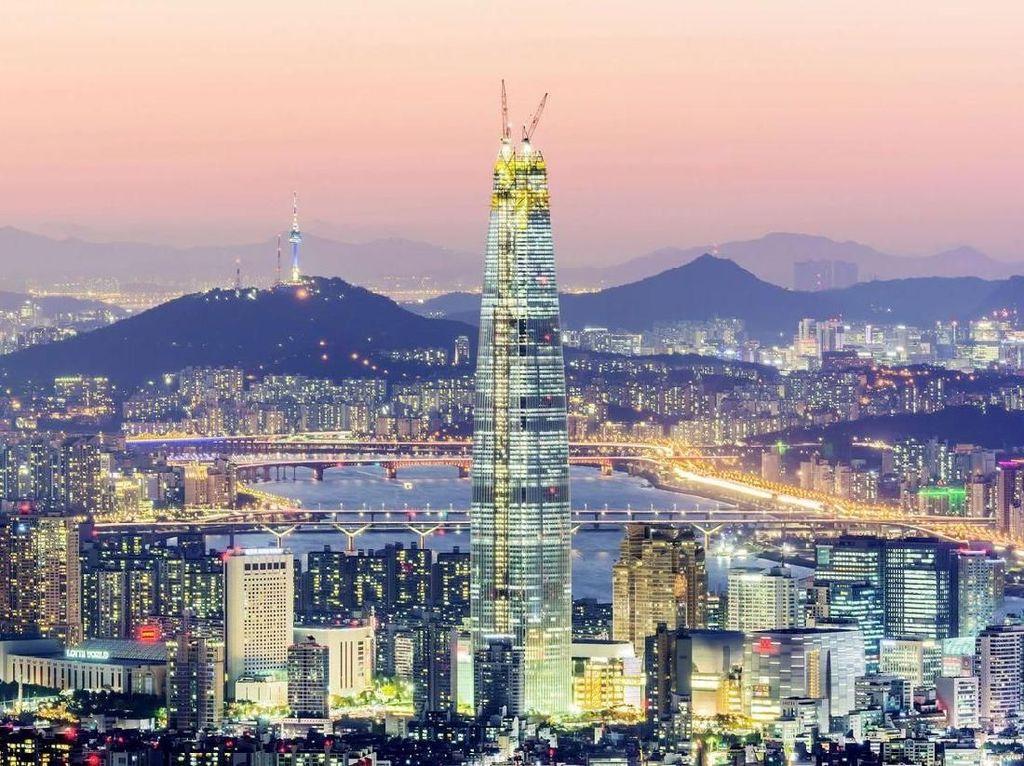 Lotte World Tower merupakan gedung tertinggi di Korea Selatan. Gedung yang terletak di Seoul ini punya tinggi 554 meter. Foto: Getty Images