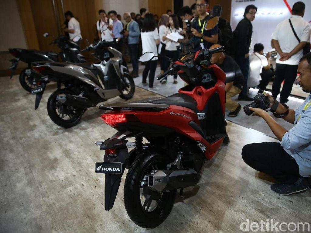 Model terbaru ini memiliki 4 pilihan warna yaitu warna Exclusive Matte Black, Exclusive Matte Red, Exclusive Matte Silver dan Exclusive White. Skutik premium Honda berkapasiatas mesin 150cc yang disertai beragam fitur dan teknologi unggulan dipasarkan dengan harga (on the road Jakarta) Rp. 22.500.000.