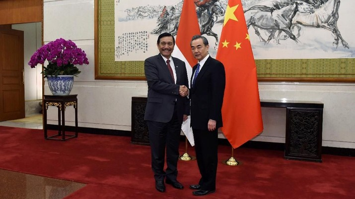 Indonesia's Coordinating Minister for Maritime Affairs Luhut Binsar Pandjaitan, left, shakes hands with Chinese Foreign Minister and State Councillor Wang Yi as they pose for the media before their meeting on April 12, 2018 at the Diaoyutai State Guesthouse in Beijing, China.   Parker Song/Pool via REUTERS