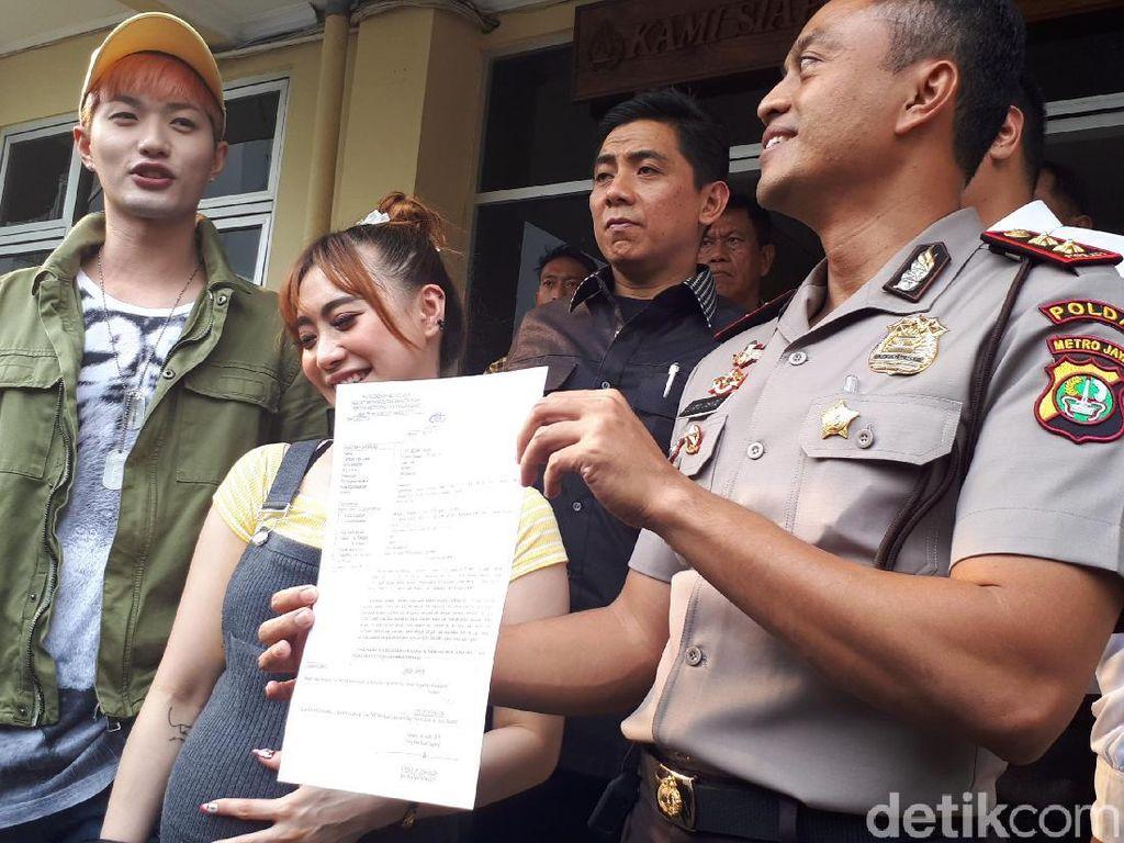 Lee Jeong Hoon melapor ke Polsek Tanah Abang karena merujuk lokasi insiden mobilnya yang dipukul pemotor. Foto: Lee Jeong Hoon / Desi Puspasari