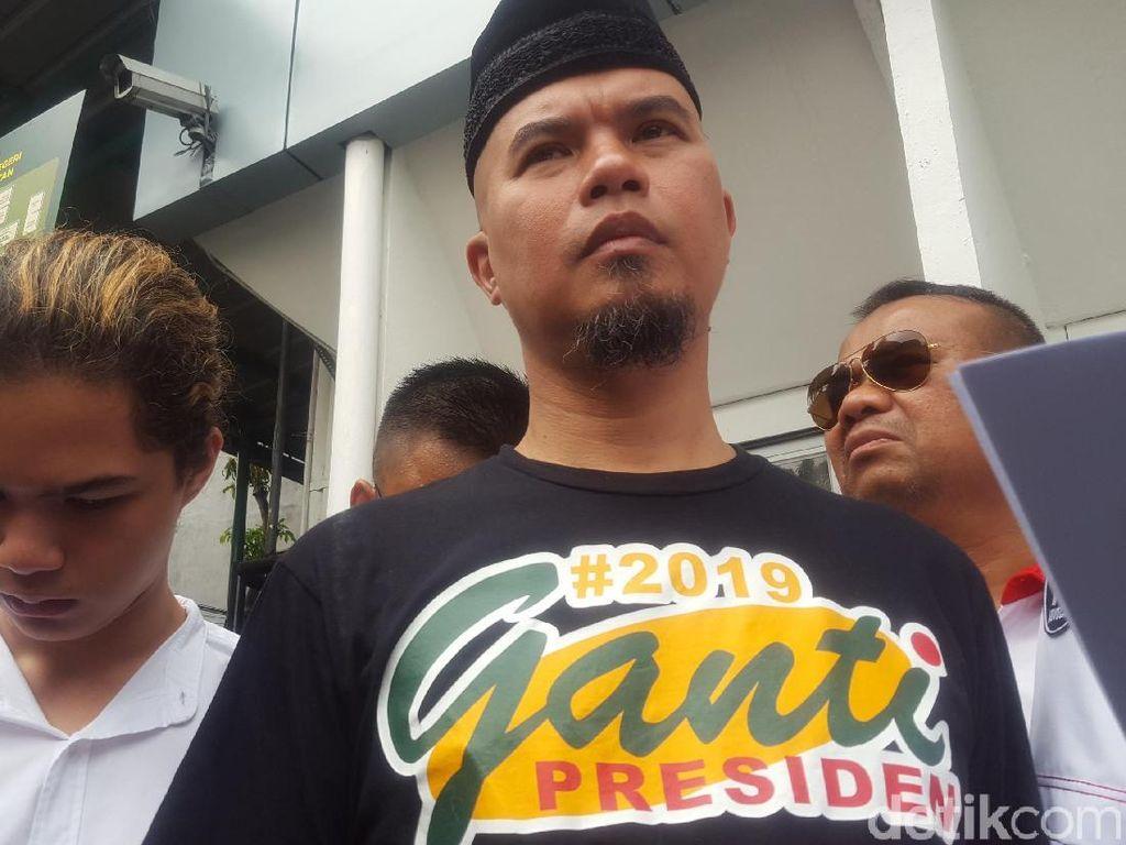 Ahmad Dhani menghadiri sidang perdana ujaran kebencian di PN Jakarta Selatan memakai kaus #2019GantiPresiden. Ahmad Dhani juga didampingi anak ketiganya Abdul Qodir Jaelani alias Dul Jaelani. (Foto: Zunita Amalia/detikcom)