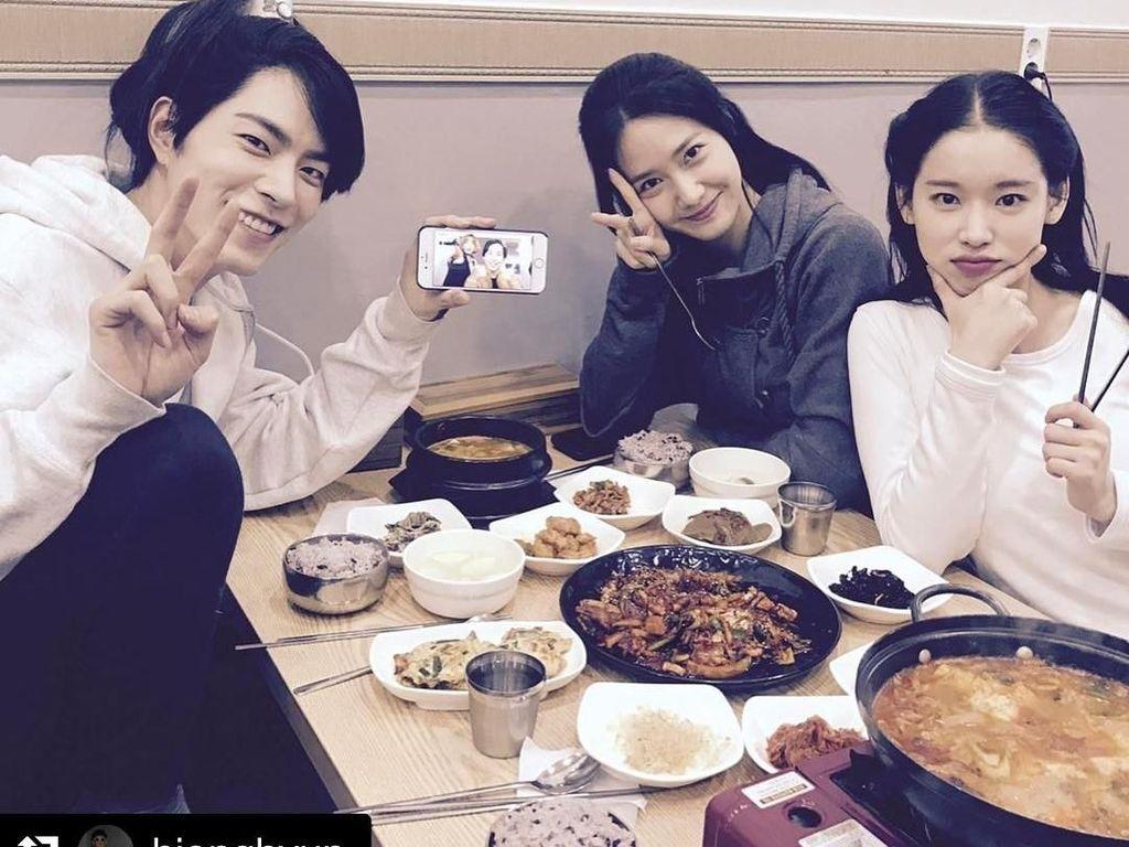 Imut baget! Begini gaya Yoona saat makan bersama pemeran serial drama berjudul The King in Love. Kelihatannya enak-enak ya. Jadi mau! Foto: Instagram @yoona__lim