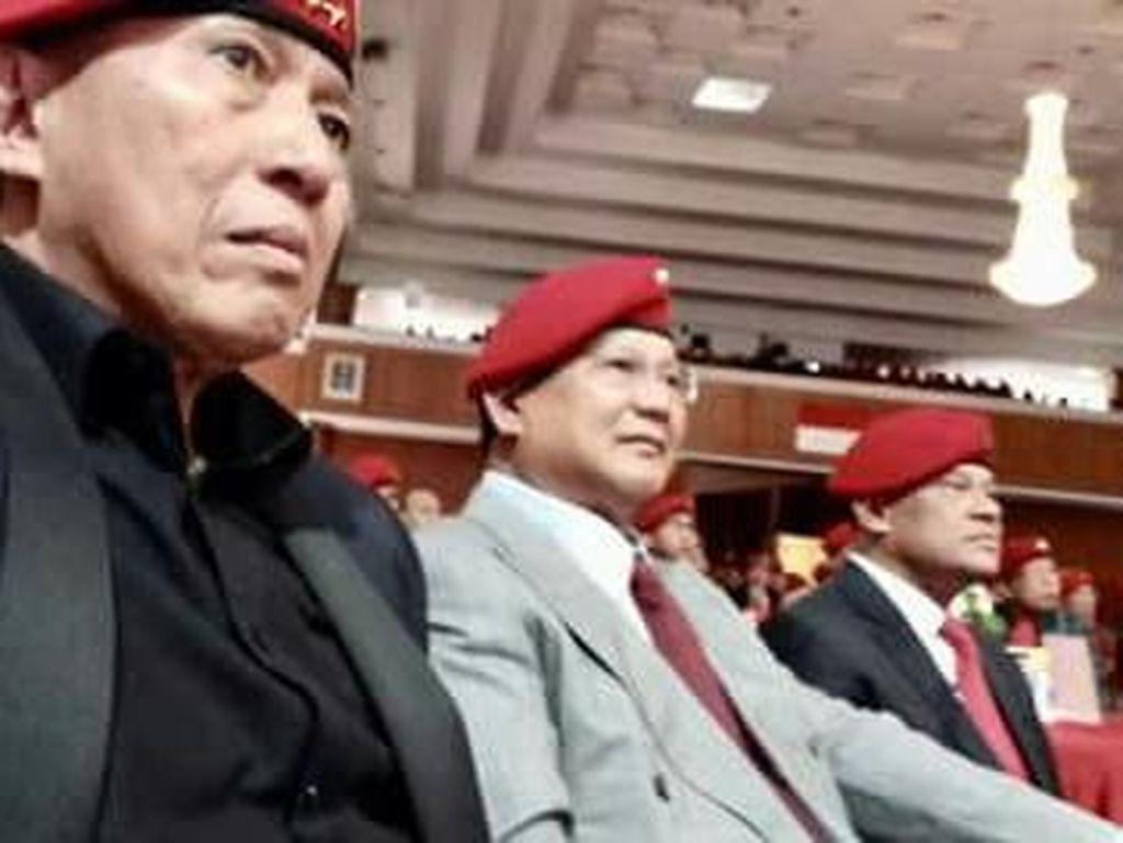 Prabowo dan Gatot Duduk Bersebelahan di HUT Ke-66 Kopassus. Prabowo dan Gatot duduk bersebelahan dalam perayaan HUT ke-66 Kopassus di Balai Komando, Cijantung, Jakarta Timur, Senin (16/4/2018). Mereka berdua mengenakan baret merah Kopassus. Foto: dok. Istimewa