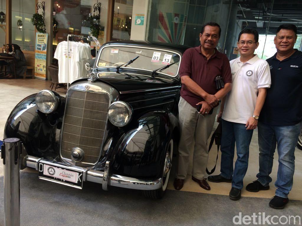 M Prasetyo berpose dengan komunitas mobil Mercy klasik di Jakarta. Prasetyo mendatangi pameran mobil Mercy klasik di Jakarta, Minggu (15/4/2018). Foto: Khairul Imam Ghozali