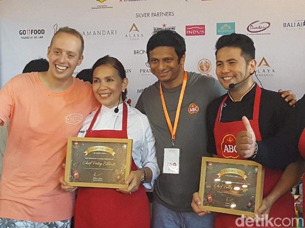 Chef Billy dan Chef Petty Elliot menerima plakat penghargaan dari ABC Kraft Heinz dalam kompetisi master chef. Foto: detikfood