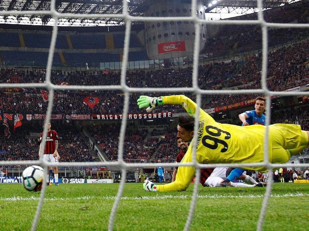Napoli juga lebih banyak melepas tembakan ke target, yakni sebanyak tiga kali. Milan punya dua tembakan tepat sasaran. REUTERS/Alessandro Garofalo.