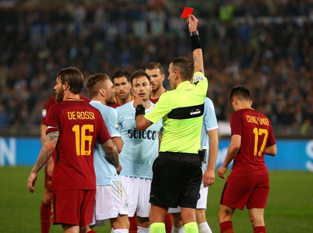 Sebagaimana halnya laga derby, pertandingan berlangsung panas. Lazio pun harus main dengan 10 orang sejak menit ke-80 usai Stefan Radu menerima kartu kuning kedua. REUTERS/Alessandro Bianchi.