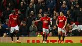 Pemain-pemain Manchester United tertunduk lesu usai West Brom membobol gawang mereka. Akibat kekalahan itu The Red Devils gagal menghambat rival sekota, Man City, jadi juara Liga Inggris musim ini. (Reuters/Jason Cairnduff)