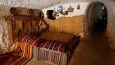 Pintu rumah mereka terbuat dari kayu Pohon Zaitun dan rumah tersebut menyediakan penyekat untuk mempertahankan suhu hangat di kala musim dingin dan membuat sejuk kala musim panas. (REUTERS/Ismail Zitouny)