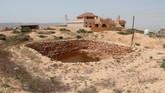 Di kawasan Pegunungan Nafusa di Libya, terdapat banyak lubang besar di permukaan tanah yang mirip gua. (REUTERS/Ismail Zitouny)
