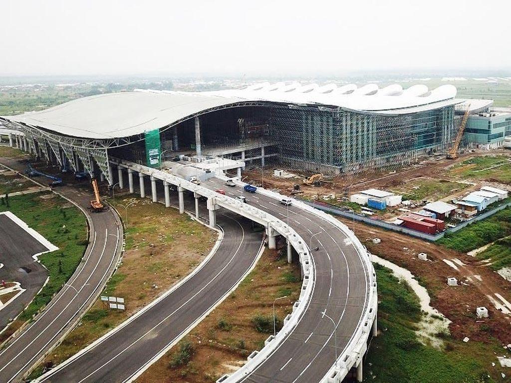 Progres bandara ini sampai akhir Februari 2018 sudah mencapai 89%. Bagian atap bandara sudah terpasang dan tinggal penyelesaian di beberapa tempat. Foto: dok. BIJB