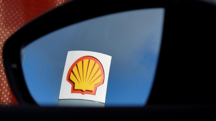 FILE PHOTO: A Shell logo is seen reflected in a car's side mirror at a petrol station in west London, Britain, January 29, 2015. Picture taken January 29, 2015.  REUTERS/Toby Melville/File Photo