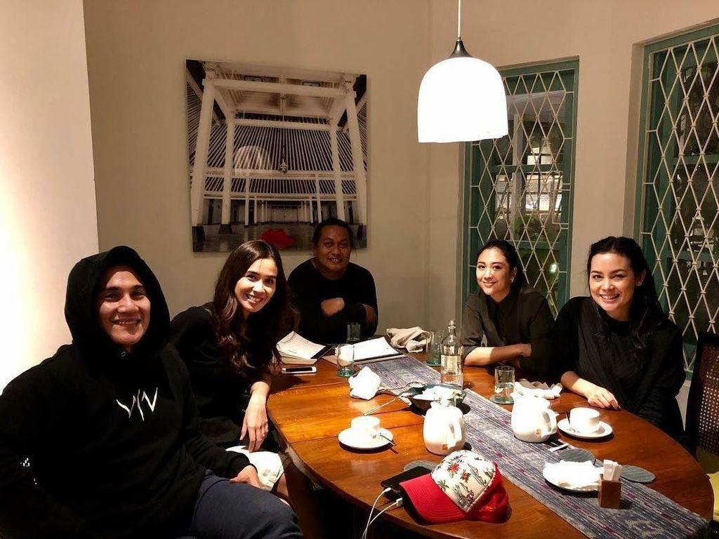 Bersama Marsha Timothy dan Vino G. Bastian, Sherina terlihat santai menikmati secangkir teh hangat. Foto: Instagram @sherinasinna