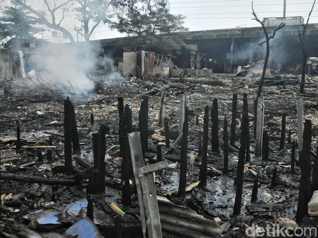 Sebelumnya, kebakaran yang telah terjadi pada Sabtu dini hari (14/4) pukul 01.00 itu telah menghanguskan kurang lebih dua puluh rumah.