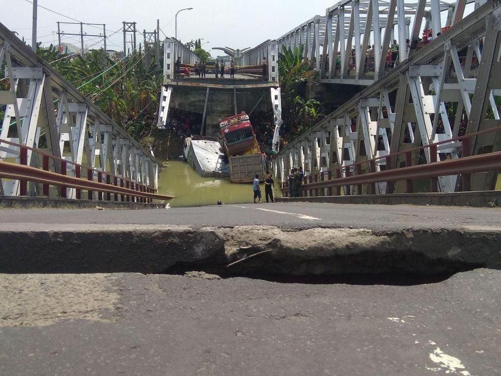 Jembatan Widang yang ambrol pukul 11.05 WIB merupakan jembatan lama/Foto: Eko Sudjarwo