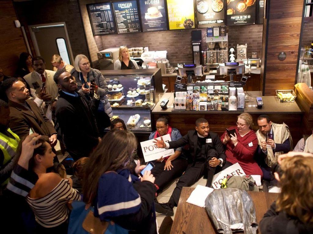 Anggota dari kelompok lintas agama berdemo di dalam gerai Starbucks. Foto: REUTERS/Mark Makela