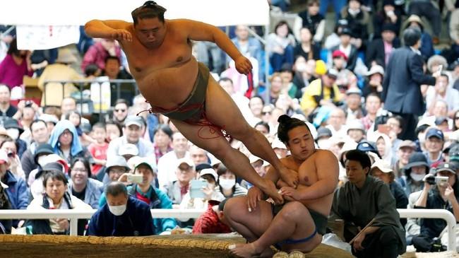 Upacara turnamen sumo ini berlangsung tiap tahun sejak 1869. Kuil Yasukuni Jinja memiliki sebuah ring sumo permanen. Total 200 pesumo berlaga tiap tahunnya di ring ini. (REUTERS/Toru Hanai)