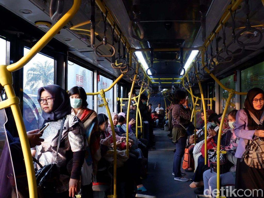 Warga mengeluhkan jumlah armada bus TransJakarta yang masih terbatas.