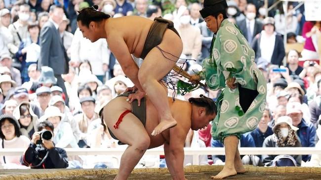 Fan garis keras sumo dan turis berbondong-bondong ke acara yang digelar di Kuil Yasukuni Jinja, dilihat oleh banyak orang di Asia sebagai sebuah simbol militerisme Jepang di masa lalu. (REUTERS/Toru Hanai)