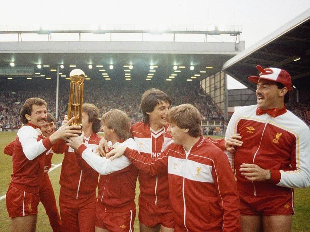 2. Liverpool. 18 titel berhasil dikoleksi Liverpool yakni 1900/1901, 1905/1906, 1921/1922, 1922/1923, 1946/1947, 1963/1964, 1965/1966, 1972/1973, 1975/1976, 1976/1977, 1978/1979, 1979/1980, 1981/1982, 1982/1983, 1983/1984, 1985/1986, 1987/1988, 1989/1990. 13 kali Liverpool jadi runner-up. (Foto: Mike Powell/Allsport/Getty Images)
