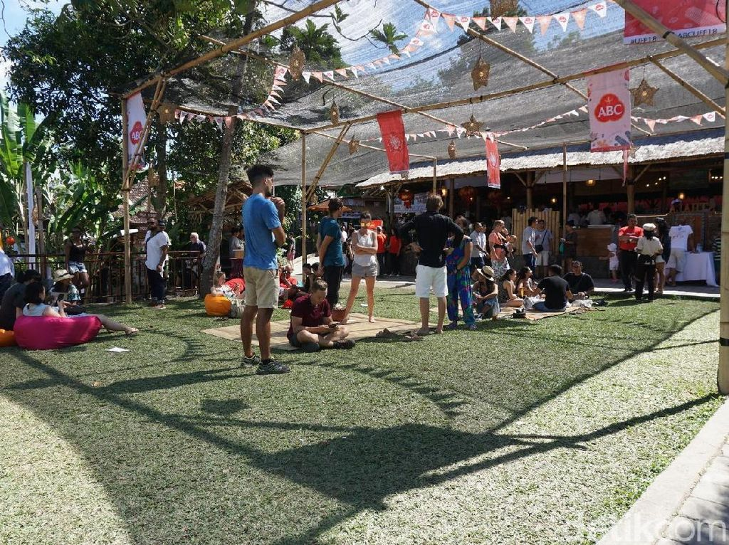 Area untuk bersantai di depan Teater Hub Taman Kuliner. Foto :detikfood