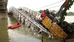 PUPR Duga Kelebihan Beban Penyebab Jembatan Pematang Ambruk