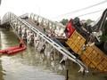 Evakuasi Truk di Jembatan Tuban-Lamongan Gunakan <i>Crane</i>