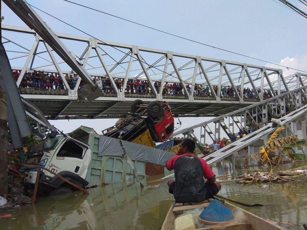 Dua pengeudi truk dilaporkan tewas dalam insiden ini/Foto: Eko Sudjarwo