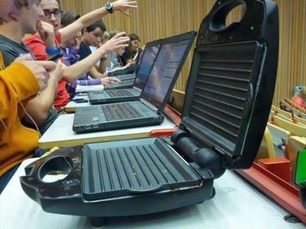Bentuknya sih seperti laptop, tapi apa bisa dipakai main game? Foto: Imgur